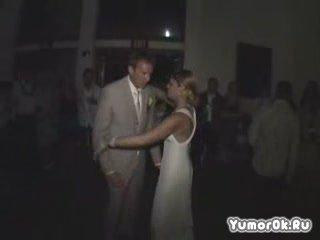 Жених с невестой отжигает