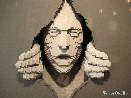 Мужик делает человечков из Лего