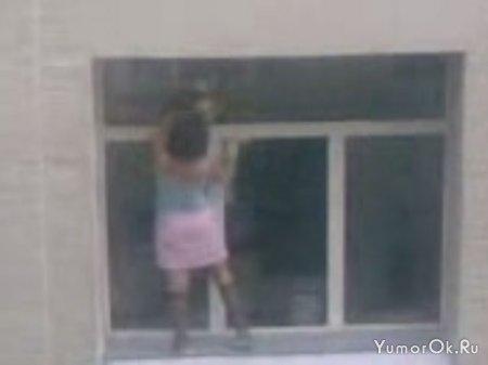 Аццкая уборщица: Мойка окон на 6-м этаже