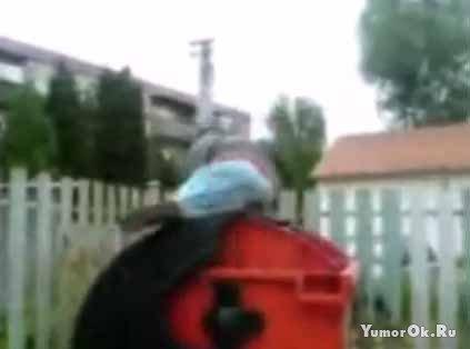 Идиот и мусорник