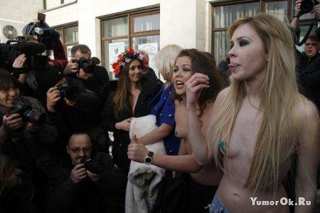 Девочки из Фэмэн опять митингуют
