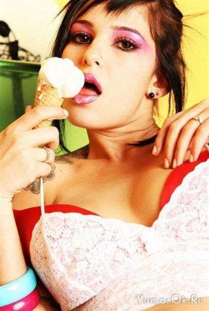 Горячие девчёнки с мороженым